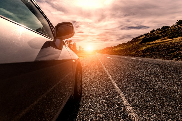 bil med sol i baggrunden